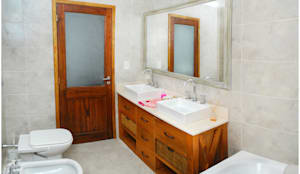 Baños de estilo moderno por Silvana Valerio