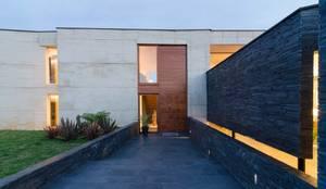 CASA ENTREJARDINES: Casas de estilo  por PLANTA BAJA ESTUDIO DE ARQUITECTURA