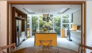 Casa Horto OBM 79: Cozinhas  por Maria Claudia Faro