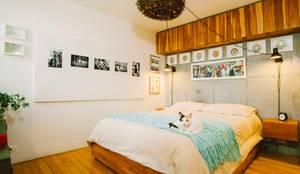 Camera da letto in stile in stile Industriale di CASA CALDA