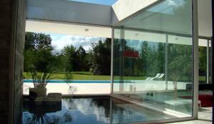 CASA EN OPEN DOOR: Pasillos y recibidores de estilo  por MENEGHETTI ARQUITECTOS