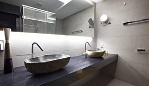 Baños de estilo moderno por housetherapy