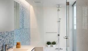 関町北の家: アトリエ スピノザが手掛けた浴室です。