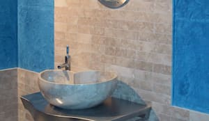 Lavabo Nautilus in marmo Cappuccino: Bagno in stile  di CusenzaMarmi