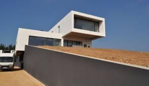 Casa Atouguia : Casas minimalistas por Escala Absoluta