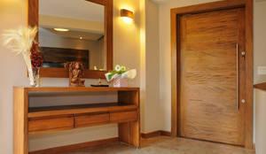 Pasillos y vestíbulos de estilo  por Martins Valente Arquitetura e Interiores