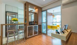 Condomínio Jardins Eco Resort & Residence: Adegas  por Eveline Maciel - Arquitetura e Interiores,