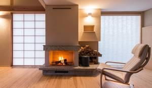 暖炉のある家: AMI ENVIRONMENT DESIGN/アミ環境デザインが手掛けたリビングです。,和風