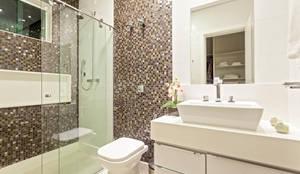 Casa Familiar mineira: Banheiros modernos por Laura Santos Design