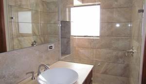 Baño: Baños de estilo moderno por Arquitectura Madrigal