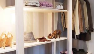Walk in closet de estilo  por Contesini Studio & Bottega