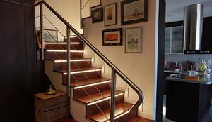 Pasillos, vestíbulos y escaleras de estilo escandinavo por Novodeco