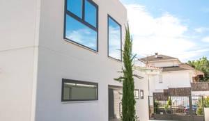 Fachada en hormigón blanco: Casas de estilo moderno de MODULAR HOME