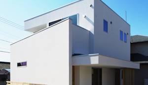 狭小地に建つローコストな省エネ住宅: 有限会社 根上建築が手掛けた家です。