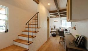 Corredores, halls e escadas rústicos por アンティークな新築住宅 ラフェルム