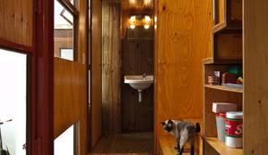 Min House: Baños de estilo  por Pop Arq
