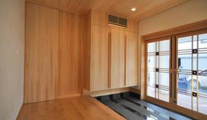 応接玄関: (株)独楽蔵 KOMAGURAが手掛けた廊下 & 玄関です。,モダン