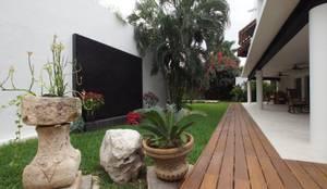 Jardines de estilo  por AIDA TRACONIS ARQUITECTOS EN MERIDA YUCATAN MEXICO