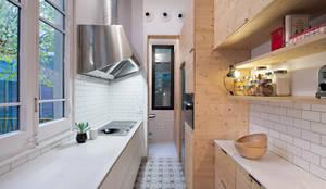 Cocinas de estilo moderno por MIRIAM CASTELLS STUDIO