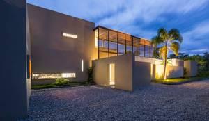 Casa Loma: Garajes de estilo  por David Macias Arquitectura & Urbanismo