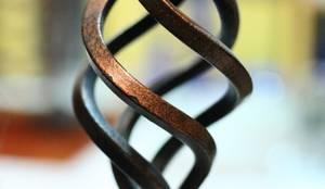Cancelli e ringhiere artistiche in ferro battuto con verniciatura artistica con foglia d'oro: Ingresso & Corridoio in stile  di Tecno Metal Professional Welding