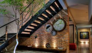 Pasillos, vestíbulos y escaleras de estilo  por Con Contenedores S.A. de C.V.