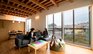 大開口のあるリビング: HAN環境・建築設計事務所が手掛けたリビングです。