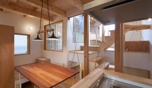スーパースキップフロアハウス: 株式会社グランデザイン一級建築士事務所が手掛けたダイニングです。,オリジナル 木 木目調