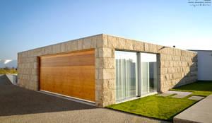 CASA RM_PÓVOA DE VARZIM_2013: Garagens e arrecadações minimalistas por PFS-arquitectura