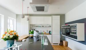Küche mit schwarzen Elementen:  Küche von ARTfischer Die Möbelmanufaktur.,
