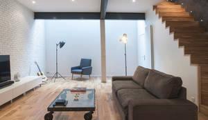 Salon vue vers le plancher de verre: Salon de style de style Moderne par Olivier Olindo Architecte