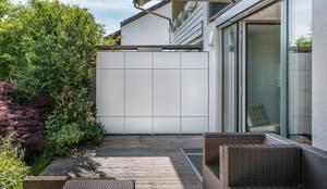 Terrassenschrank @win - wetterfest & UV-beständig als Abtrennung auf Terrasse Doppelhaus:  Terrasse von design@garten - Alfred Hart