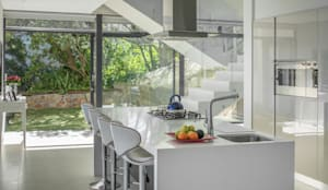 HOUSE  I  CAMPS BAY, CAPE TOWN  I  MARVIN FARR ARCHITECTS:  Kitchen by MARVIN FARR ARCHITECTS,