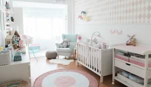 Quarto de Bebé: Quartos de criança  por In&Out