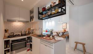 Cocinas de estilo escandinavo por Eightytwo Pte Ltd