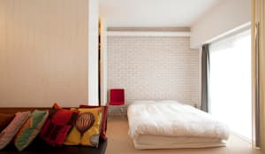 CABIN-ザイルの床、羽目板の部屋、レンガの壁: 株式会社ブルースタジオが手掛けた寝室です。