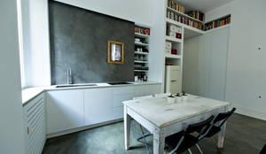Rifugio urbano: Cucina in stile in stile Minimalista di studio ferlazzo natoli