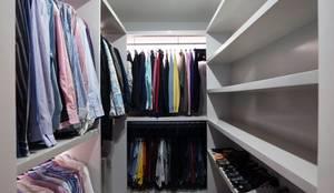 DEPARTAMENTO EN PARQUES POLANCO, CDMX: Vestidores y closets de estilo moderno por HO arquitectura de interiores