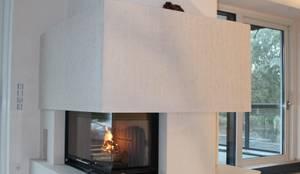 großer Eckkamin mit hochwertiger Natursteinverkleidung: moderne Wohnzimmer von Christoph Lüpken Ofenbau GmbH
