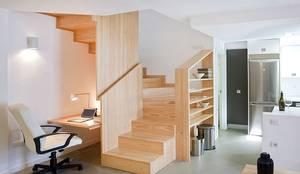Pasillos, vestíbulos y escaleras de estilo  por Conely