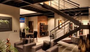 Salas de estilo industrial por Con Contenedores S.A. de C.V.