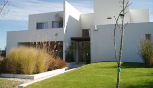 Casa AM Racionalista en Nordelta: Casas de estilo minimalista por Estudio Medan Arquitectos