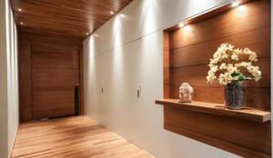 Pasillos y hall de entrada de estilo  por Elisa Vasconcelos Arquitetura  Interiores