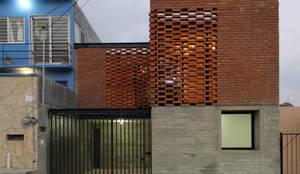 Casa Tadeo: Casas de estilo colonial por Apaloosa Estudio de Arquitectura y Diseño