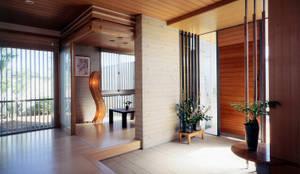 Corredores, halls e escadas modernos por シーズ・アーキスタディオ建築設計室