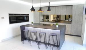 An effortlessly, stylish design : modern Kitchen by PTC Kitchens