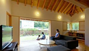 YK House 方形屋根の家: 磯村建築設計事務所が手掛けたリビングです。