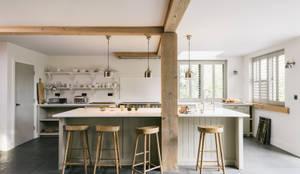 rustikale Küche von deVOL Kitchens