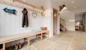 Corredores, halls e escadas rústicos por Perfect Stays