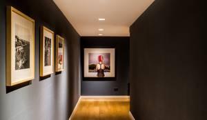 Departamento en La Cuesta : Pasillos y recibidores de estilo  por Interiores B.AP